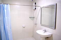 Q1.シャワーやトイレは使えますか?