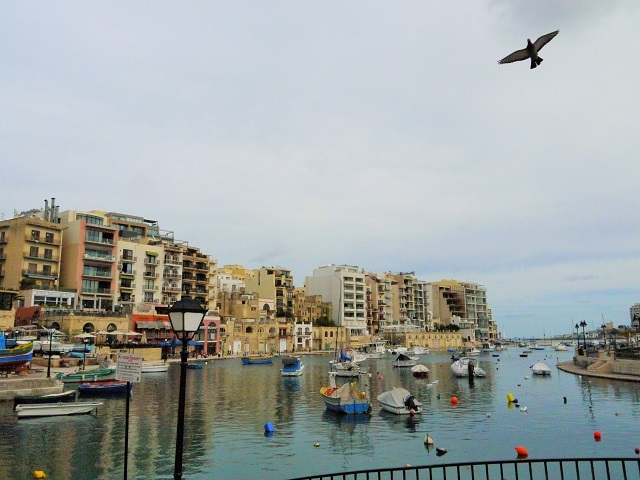 海岸線の広がる開放的な雰囲気と歴史ある街並みが魅力のセントジュリアン